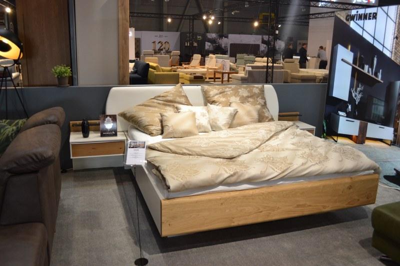 dýhovaná postel